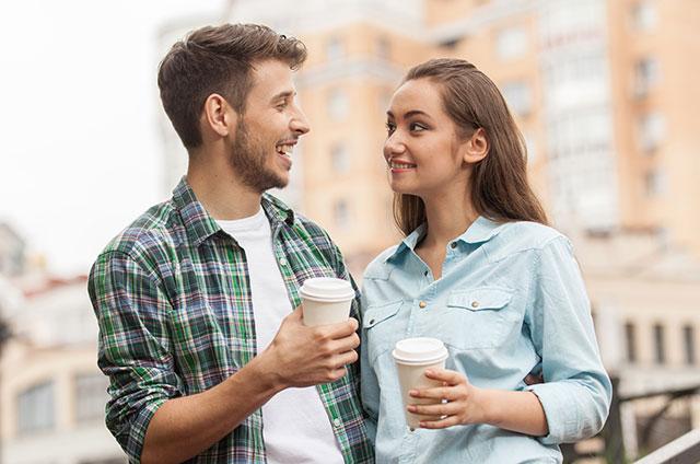 pareja-en-cita-tomando-cafe